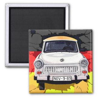 Coche trabante y bandera alemana, muro de Berlín Imán Cuadrado