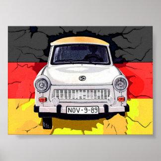 Coche trabante y bandera alemana, muro de Berlín Póster
