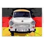 Coche trabante y bandera alemana, muro de Berlín Tarjeta