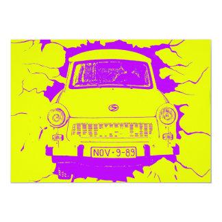 """Coche trabante y muro de Berlín amarillo/púrpura Invitación 5"""" X 7"""""""