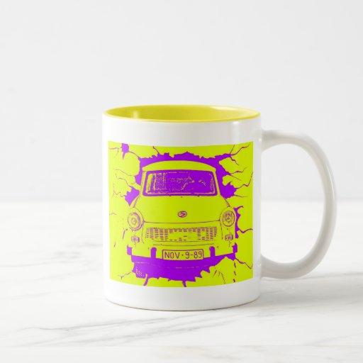 Coche trabante y muro de Berlín amarillo/púrpura Taza De Café