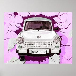 Coche trabante y muro de Berlín rosado/de la lila Póster