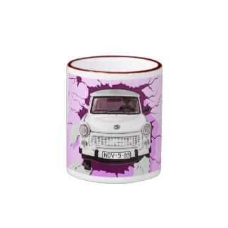 Coche trabante y muro de Berlín rosado/de la lila Tazas