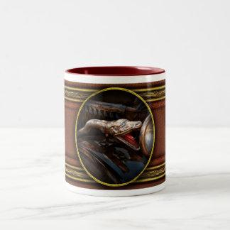 Coche - vapor - encantador de serpiente taza de dos tonos