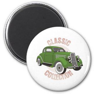Coche verde viejo del vintage con los neumáticos d imán para frigorifico