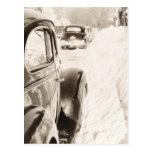 Coche viejo del vintage de la nieve profunda postales