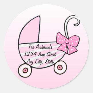 Cochecillo de bebé rosado de la niña pegatinas redondas