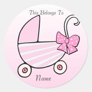 Cochecillo de bebé rosado de la niña pegatina redonda