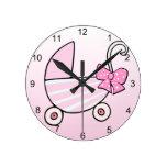 Cochecillo de bebé rosado de la niña relojes
