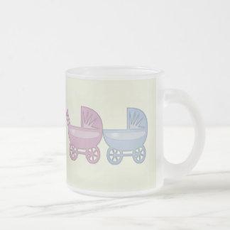 cochecillo de bebé rosado y azul taza de cristal
