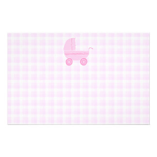 Cochecito de bebé. Rosa claro en la guinga rosada Tarjetas Publicitarias