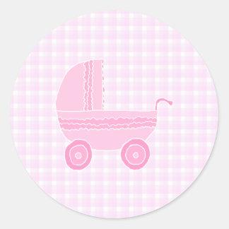 Cochecito de bebé. Rosa claro en la guinga rosada Pegatina Redonda