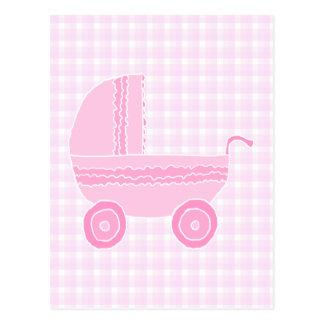 Cochecito de bebé. Rosa claro en la guinga rosada Tarjetas Postales