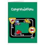 Coches del dibujo animado en un circuito de carrer felicitación