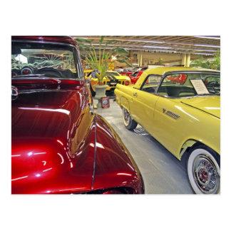 Coches del vintage en museo del automóvil de postales