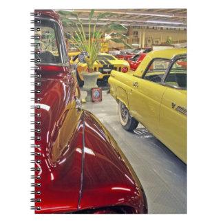 Coches del vintage en museo del automóvil de Talla Libros De Apuntes Con Espiral