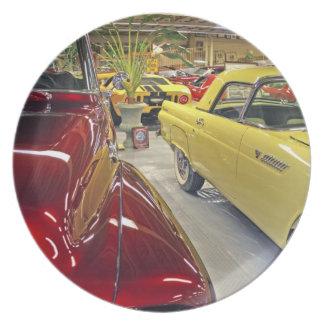 Coches del vintage en museo del automóvil de Talla Platos De Comidas
