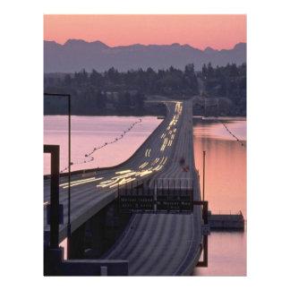 Coches que cruzan un puente tarjetas publicitarias