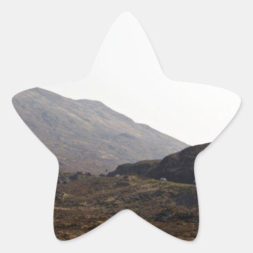 Coches que pasan a través de las montañas calcomanías forma de estrella