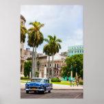 Coches retros en la calle de La Habana Poster