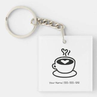 Cociendo la taza de café al vapor con el diseño de llaveros