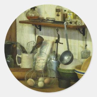 Cocina con la cesta de alambre de huevos pegatina redonda