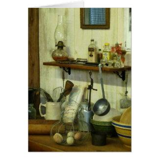 Cocina con la cesta de alambre de huevos tarjeta de felicitación