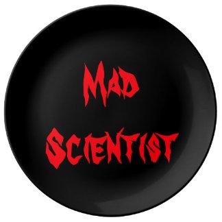 Cocina enojada del friki del científico que cena plato de cerámica