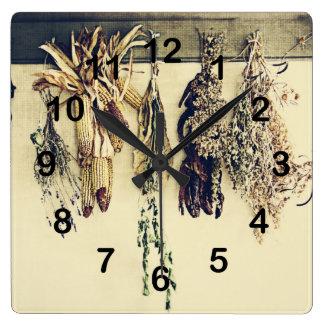 cocina rústica del país - hierbas secadas reloj cuadrado