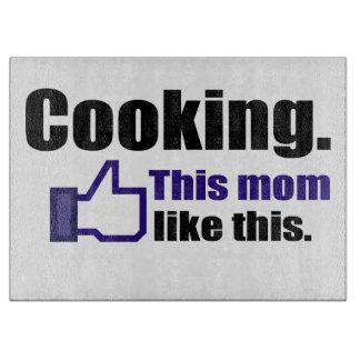 Cocinando, esta mamá tiene gusto de éste tablas de cortar