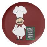 Cocinero con la placa de muestra platos de comidas