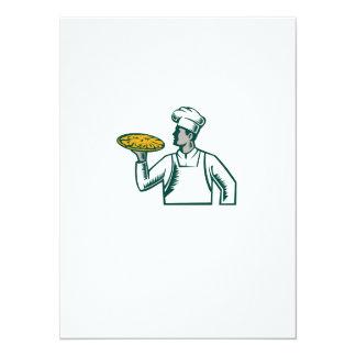 """Cocinero de la pizza que sostiene el grabar en invitación 5.5"""" x 7.5"""""""