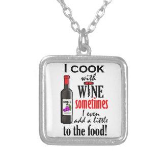 Cocino con el vino colgante cuadrado