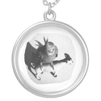 Cockatiel en imagen blanco y negro de la cabra de colgante redondo