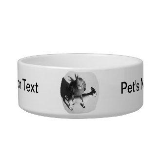 Cockatiel en imagen blanco y negro de la cabra de  tazones para comida para gato
