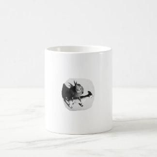Cockatiel en imagen blanco y negro de la cabra de  tazas