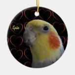 Cockatiel y corazones lindos adorno navideño redondo de cerámica