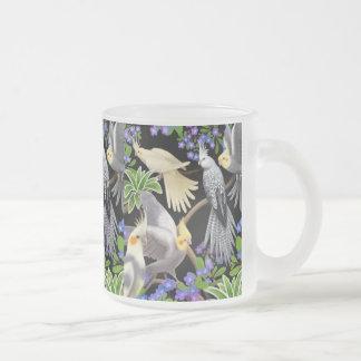 Cockatiels y taza de las nomeolvides
