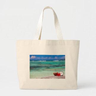 Coco con la flor tropical en costa exótica bolsa tela grande
