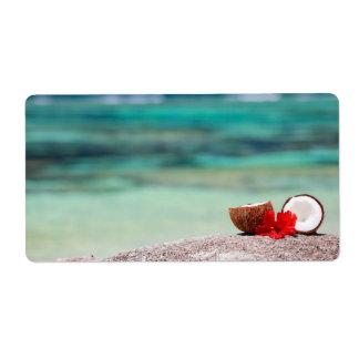 Coco con la flor tropical en costa exótica etiquetas de envío