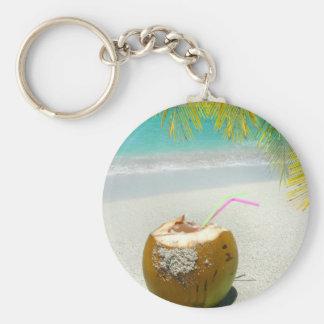 Coco tropical en una playa en el Caribe Llavero Redondo Tipo Pin