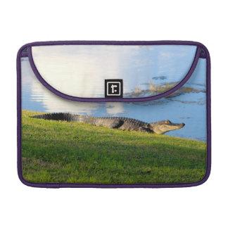 Cocodrilo en campo de golf cerca de la foto de la  fundas macbook pro