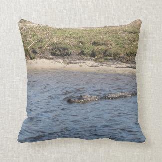 Cocodrilo en el agua almohadas