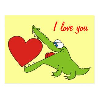 Cocodrilo lindo con una postal del amor del corazó