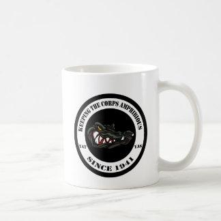 Cocodrilo trasero transparente del negro/del camo taza de café