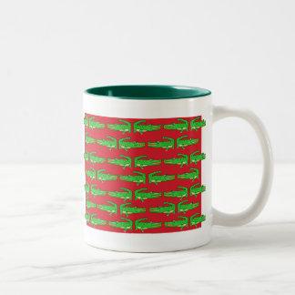 Cocodrilos verdes en rojo taza dos tonos