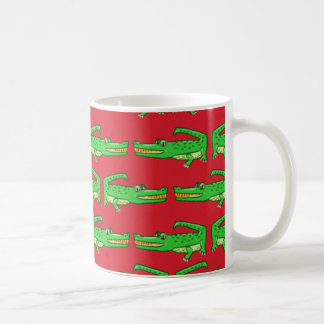 Cocodrilos verdes en rojo taza básica blanca