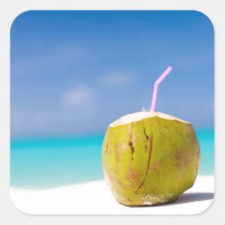 Cóctel del coco en la playa colcomanias cuadradas