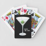 Cóctel no revuelto sacudido del vidrio de martini  baraja cartas de poker