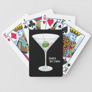 Cóctel no revuelto sacudido del vidrio de martini  cartas de juego